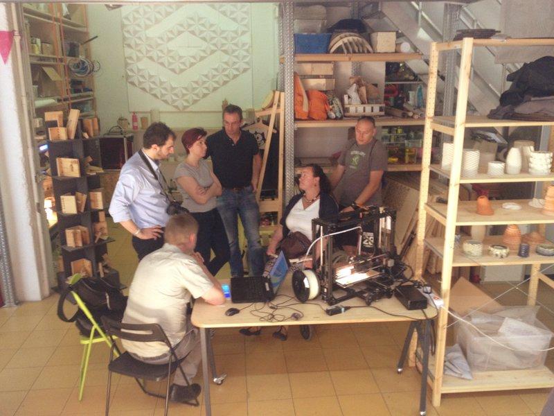 Si parla del progetto di WeHandU dentro al makerspace