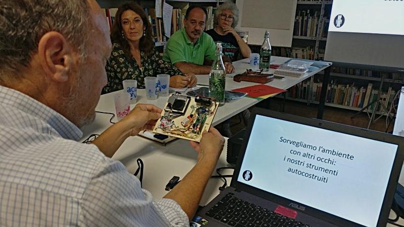 Paolo Bonelli spiega come vengono organizzati i workshop a WeMake ai partner di progetto